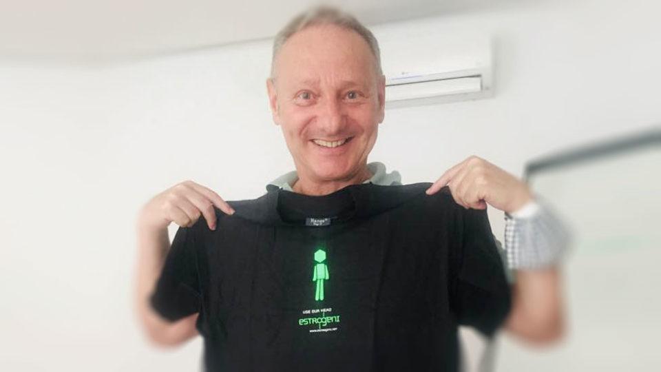 Moreno Prosperi, innovazione digital transformation, indossa la t-shirt di Estrogeni&Partners